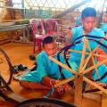Jugendliche erlernen traditionelle Shan-Webarbeiten