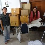 Fon und Ann mit einem Berg Spenden