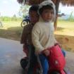 Zwei Kinder auf einem Bobby-car