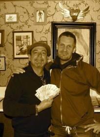 Dave mit Marcus und dem symbolischen Geld